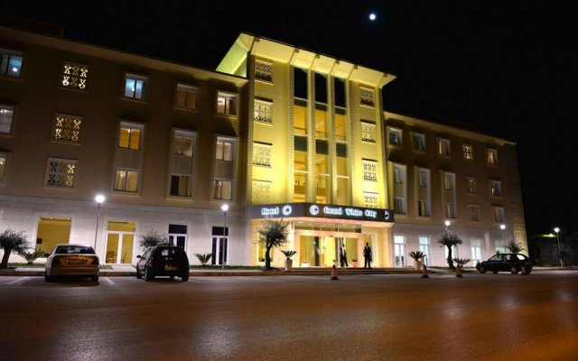 Отель Grand White City вид на фасад