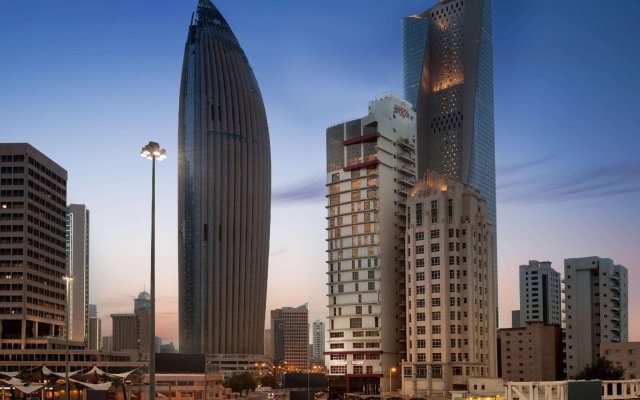Отель Ramada Encore Kuwait Downtown вид на фасад