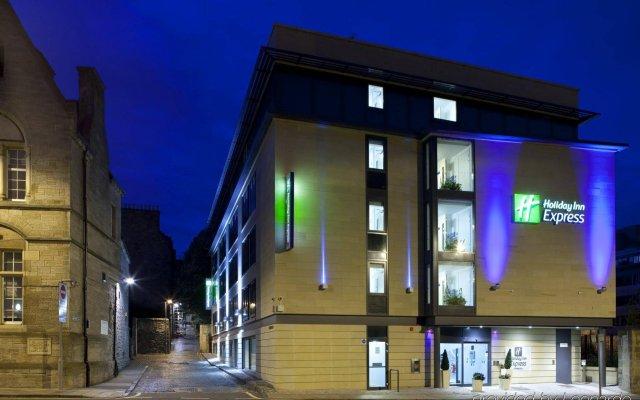Отель Holiday Inn Express Edinburgh Royal Mile Эдинбург вид на фасад