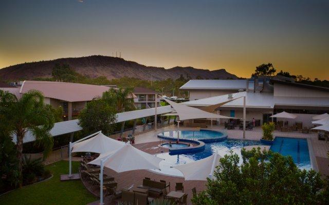 Отель Crowne Plaza Alice Springs Lasseters вид на фасад