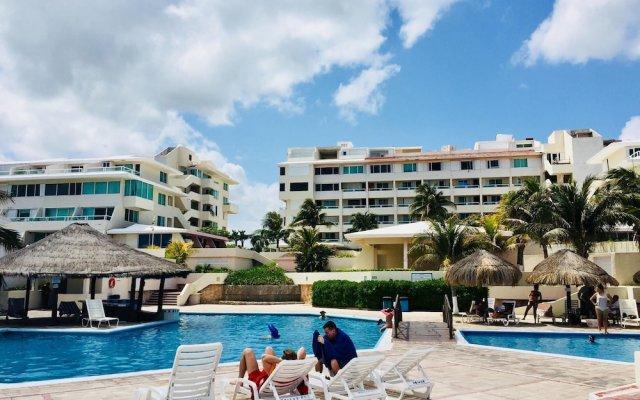 Отель Condominios Brisas Cancun Zona Hotelera бассейн