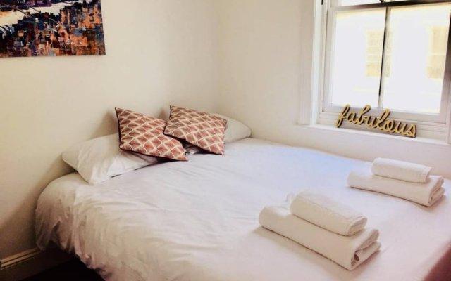 Отель 2 Bedroom Flat With Stunning Sea View комната для гостей