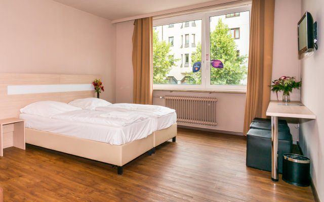 Smart Stay - Hostel Munich City Мюнхен комната для гостей