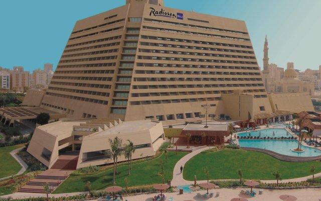 Отель Radisson Blu Resort, Sharjah вид на фасад