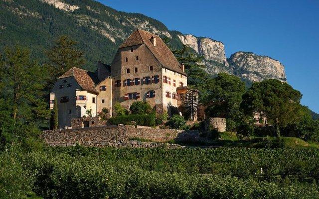 Отель Schloss Englar Аппиано-сулла-Страда-дель-Вино вид на фасад