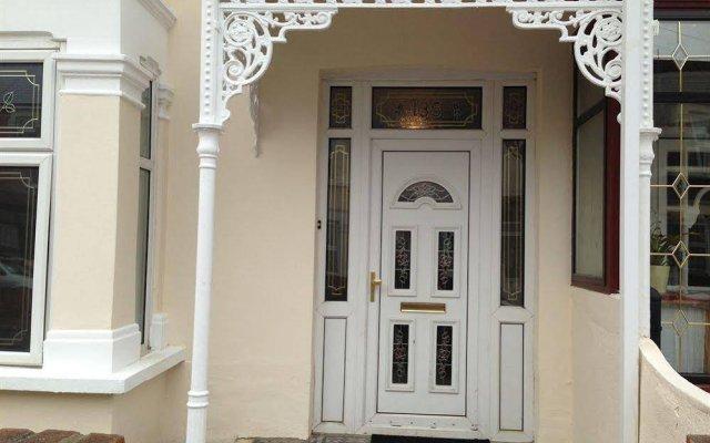 Отель Lathom Cottage Лондон вид на фасад