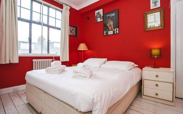 Отель Unique, Quirky 1 Bed in Belsize Park комната для гостей