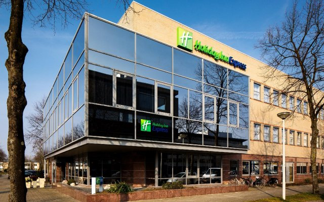 Отель Holiday Inn Express Amsterdam - South Нидерланды, Амстердам - 13 отзывов об отеле, цены и фото номеров - забронировать отель Holiday Inn Express Amsterdam - South онлайн вид на фасад