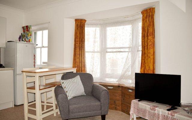 Отель 1 Bedroom Kemptown Flat in Prime Location Close to Sea Кемптаун