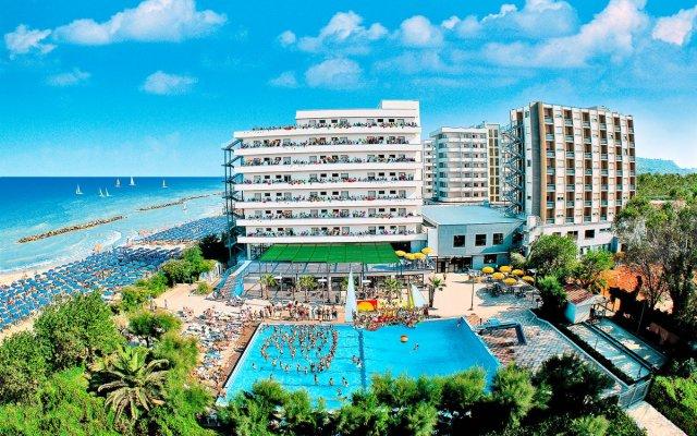 Отель Serena Majestic Hotel Residence Италия, Монтезильвано - отзывы, цены и фото номеров - забронировать отель Serena Majestic Hotel Residence онлайн вид на фасад