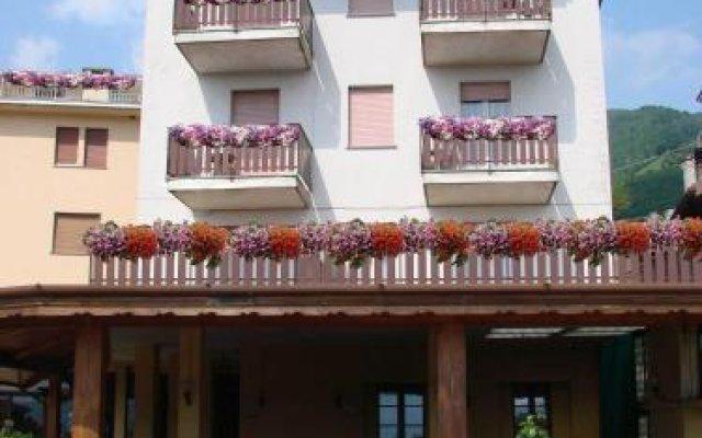 Отель Albergo Ristorante Carenno Каренно вид на фасад