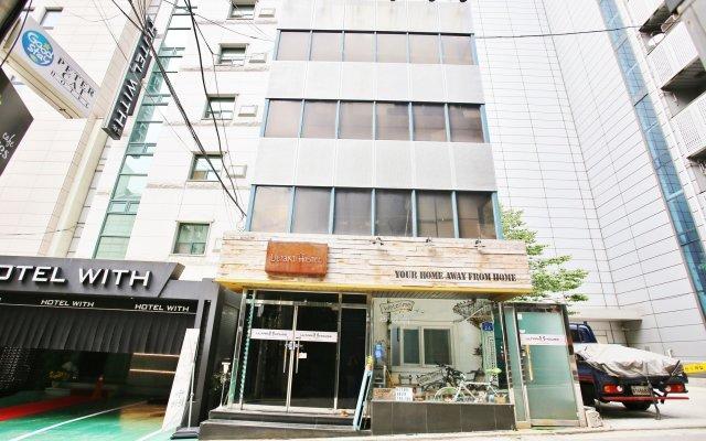 Sinchon Sisters Hostel вид на фасад