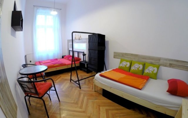 Friends Hostel and Apartments Budapest вид на фасад