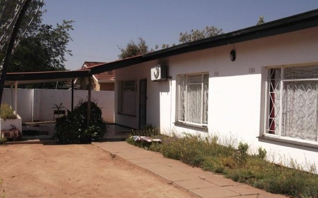 Отель Brackendene Lodge Guesthouse Extension 12 Ботсвана, Габороне - отзывы, цены и фото номеров - забронировать отель Brackendene Lodge Guesthouse Extension 12 онлайн вид на фасад