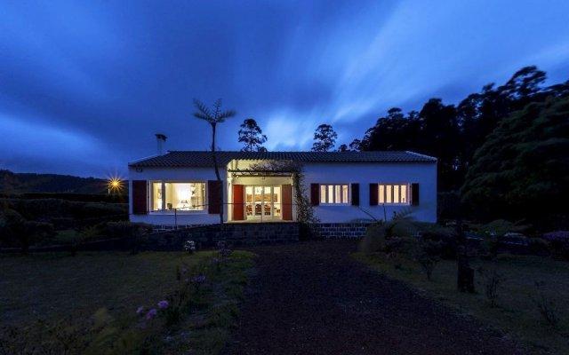 Отель Sete Cidades Lake Lodge Португалия, Понта-Делгада - отзывы, цены и фото номеров - забронировать отель Sete Cidades Lake Lodge онлайн вид на фасад