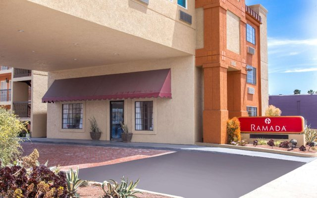 Отель Ramada by Wyndham Culver City вид на фасад