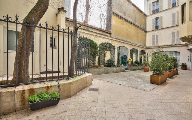 Отель 75 - Paris Assas вид на фасад