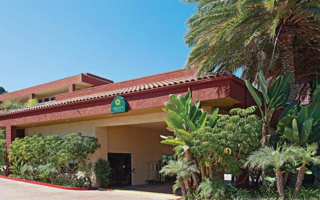 Отель La Quinta Inn & Suites by Wyndham San Diego SeaWorld/Zoo США, Сан-Диего - отзывы, цены и фото номеров - забронировать отель La Quinta Inn & Suites by Wyndham San Diego SeaWorld/Zoo онлайн вид на фасад