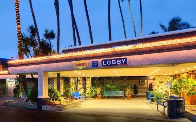 Travelodge Hotel at LAX вид на фасад