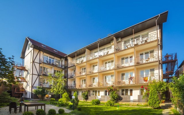 Гостиница Лето вид на фасад