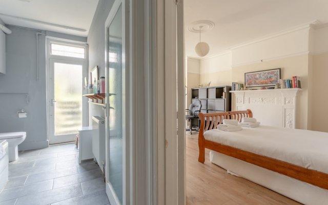 Отель 2 Bedroom Flat in North West London with Wifi комната для гостей