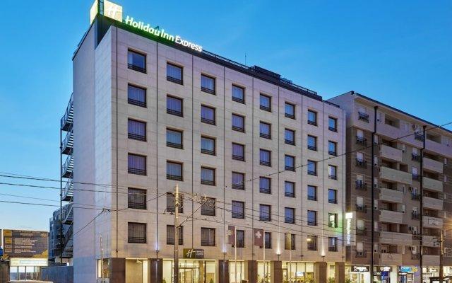Отель Holiday Inn Express Belgrade - City вид на фасад