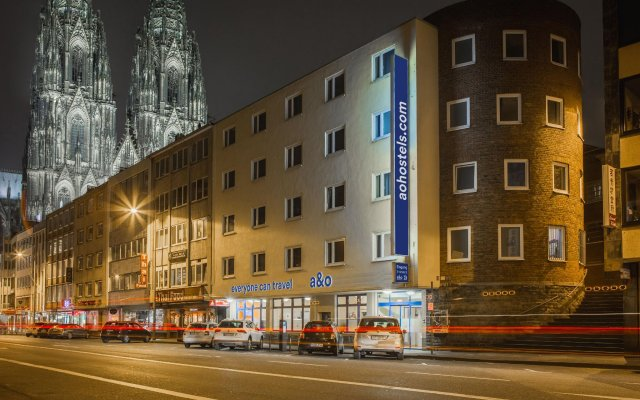 Отель a&o Köln Dom вид на фасад