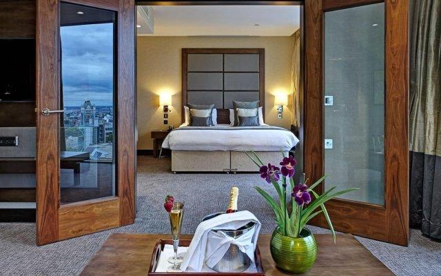 Leonardo Royal Hotel London Tower Bridge сейф в номере