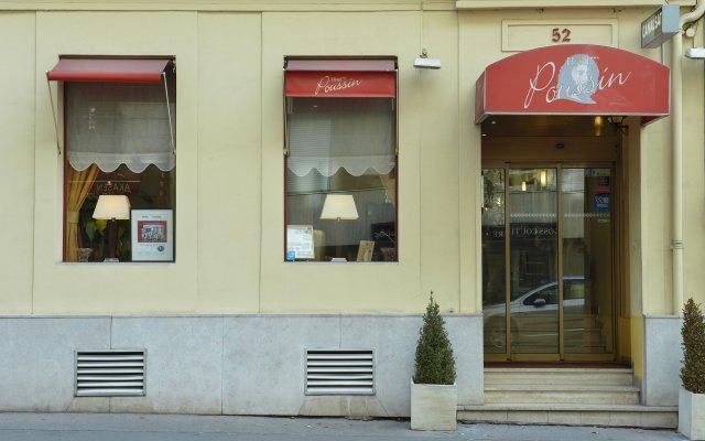 Отель POUSSIN Париж вид на фасад