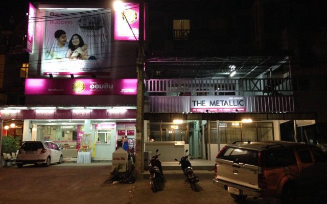 The Metallic Hostel вид на фасад