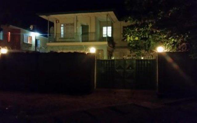 Отель Holiday Lodge Сьерра-Леоне, Фритаун - отзывы, цены и фото номеров - забронировать отель Holiday Lodge онлайн вид на фасад