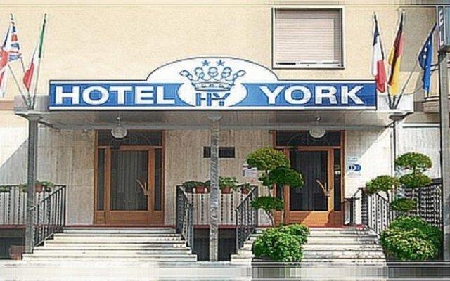 Отель York вид на фасад