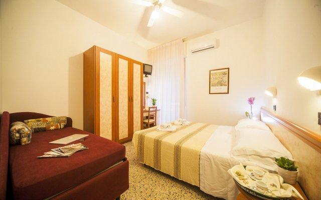 Hotel Lily Римини комната для гостей