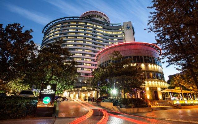 Отель Grand Park Kunming Куньмин вид на фасад