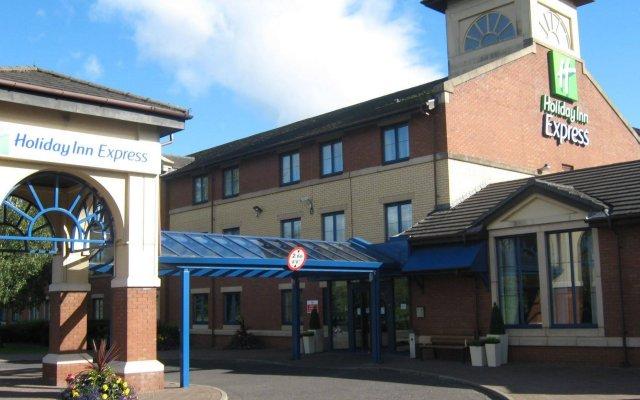 Отель Holiday Inn Express Strathclyde Park M74 JCT 5 Великобритания, Глазго - отзывы, цены и фото номеров - забронировать отель Holiday Inn Express Strathclyde Park M74 JCT 5 онлайн вид на фасад