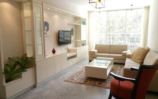 Отель Wonderfully apt. in Tel Aviv-5 min Beach Тель-Авив комната для гостей