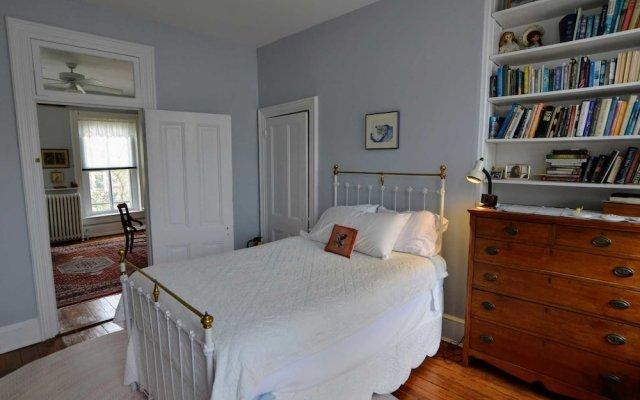 Отель Historic Capitol Stay Steps To World Power 5 Bedroom Home Вашингтон комната для гостей