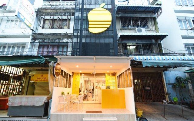 Yellow Mango Hostel Бангкок вид на фасад