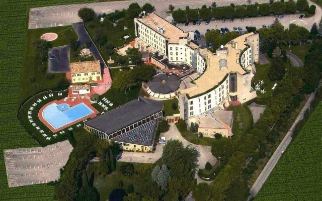 Hotel Federico II Джези вид на фасад