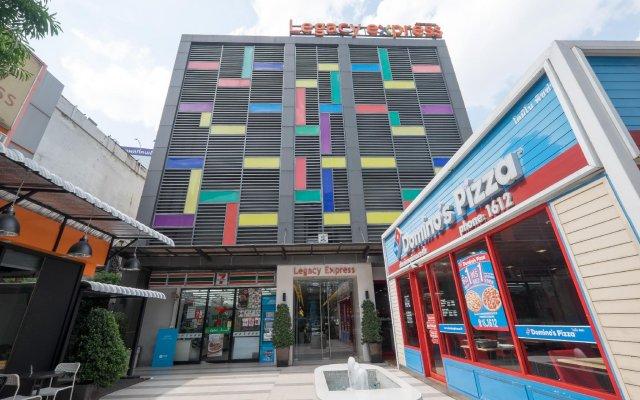 Отель Legacy Express Sukhumvit by Compass Hospitality вид на фасад