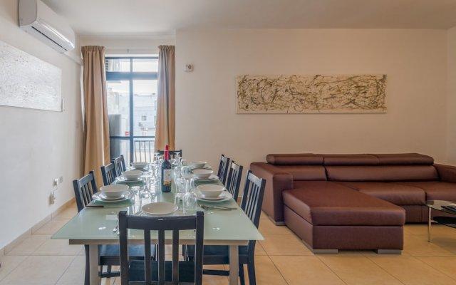 Апартаменты Seashells Self Catering Apartment Буджибба комната для гостей