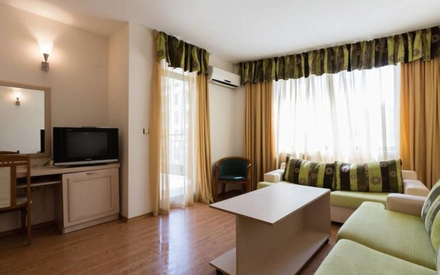 Апартаменты One Bedroom Apartment with Balcony комната для гостей