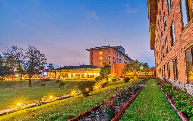 Отель Crowne Plaza Hotel Kathmandu-Soaltee Непал, Катманду - отзывы, цены и фото номеров - забронировать отель Crowne Plaza Hotel Kathmandu-Soaltee онлайн вид на фасад