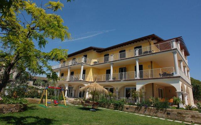 Отель Splendid Sole Манерба-дель-Гарда вид на фасад