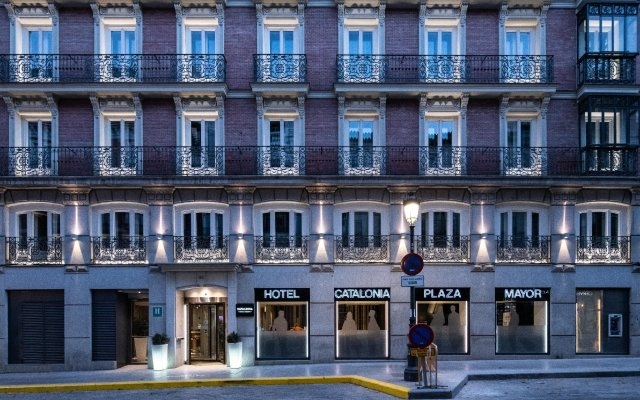 Отель Catalonia Plaza Mayor вид на фасад