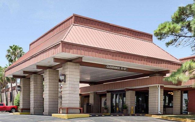 Отель Clarion Inn I-10 East at Beltway вид на фасад