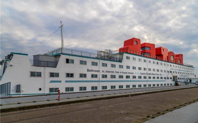 Отель Botel вид на фасад