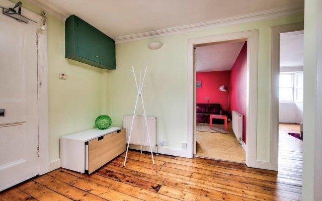 Отель Top Floor 3BR Apt Near Edinburgh Castle Великобритания, Эдинбург - отзывы, цены и фото номеров - забронировать отель Top Floor 3BR Apt Near Edinburgh Castle онлайн комната для гостей