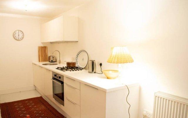Отель 1 Bedroom Hidden Gem in Islington Лондон в номере
