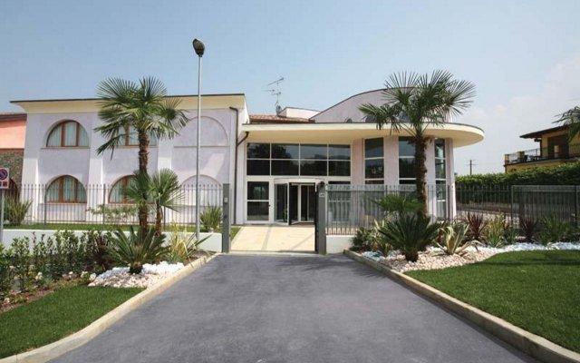 Отель Manerba Del Garda Resort Монига-дель-Гарда вид на фасад